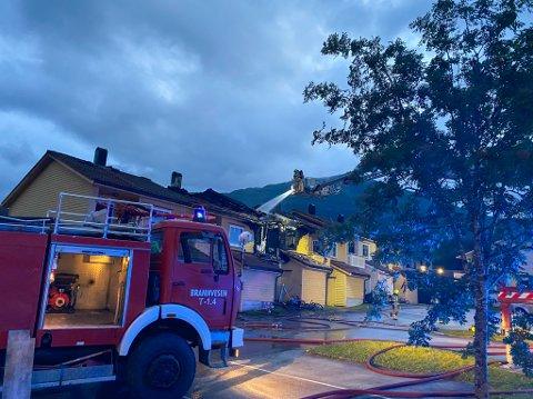 SKADD: Fire leilegheiter vart skadde i brannen som braut ut natt til torsdag på Vie i Førde. Bustadstiftinga som eig leilegheitene har sett forsikringsselskapet Frende på saka.