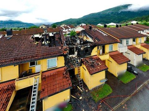 DRAMATISK: Bilda som er tekne torsdag morgon viser omfanget av skadane frå brannen på Viebøen.