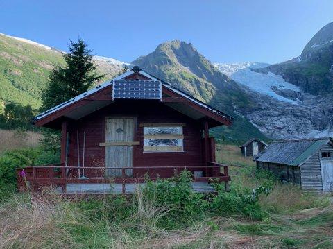 SKADEVERK: Denne hytta, som familien til Inger Berit Bøyum eig, har blitt råka av skadeverk. Det har også tre andre hytter i området like ved Bøyabreen.