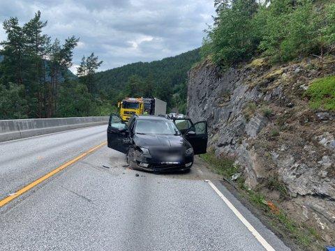 SKLEI: Ein bil med fire personar i sklei av vegen og trefte fjellveggen på rv. 5 i Sogndal søndag ettermiddag.
