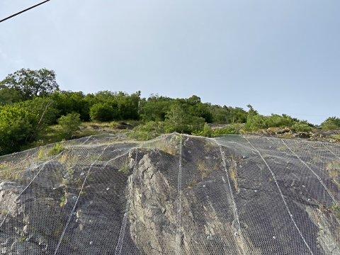 SIKRARE: Her på Grov skal Vegvesenet rassikre fjellveggen ytterlegare.