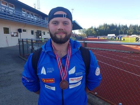 BRONSE: Det er to år sidan sist Håkon Hjelle deltok i Nm i friidrett for juniorar. Denne gongen reiser han heim med medalje.