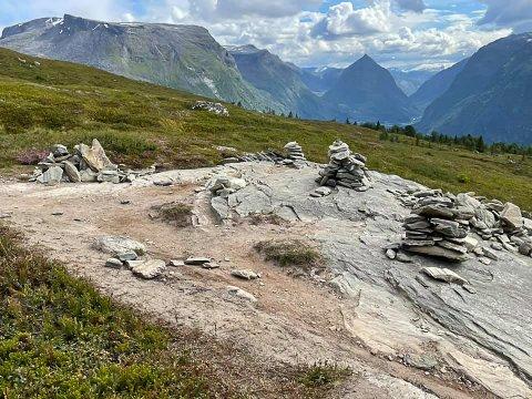 STYGT OG ØYDELEGGANDE: Asbjørn Rune Aa meiner at vardebygging øydelegg stien, og skjemmer ut naturen. No håper han det blir slutt på problemet.