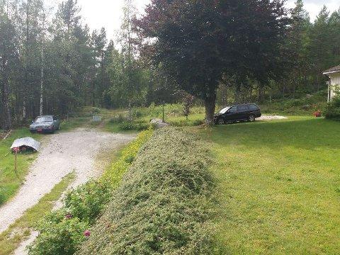 PROBLEM: – Kvifor hamnar mi private parkering og min eigedom i ei turbok, undrar Judith Helene Bratten. Ho og familien eig alt vi ser på bildet, men likevel har turboka til Selja forlag skrive at folk kan parkere her.