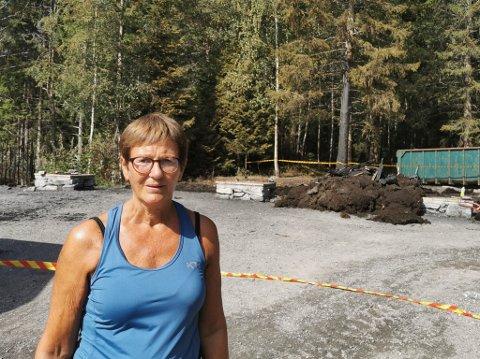 BRANNVAKT: Turid Grimmestad Bjørkeland er frivillig på branntomta som brannvakt. Ho passa på området saman med ei anna.
