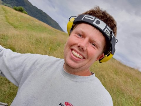 SLÅR I BAKKANE: Bjarte Berge (28) fartar rundt i Sogn og Sunnfjord, for å slå og rydde kratt med Brielmaier-slåmaskina si. Foto: Kristoffer Skår Lone.