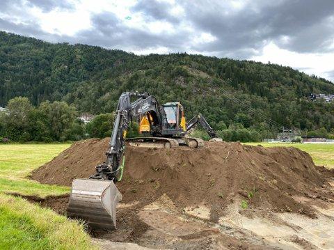 I FULL GANG: to gravemaskiner var måndag i full sving langs rv. 5. Der skal dei jobbe ut veka, med ein ny tilkomstveg.