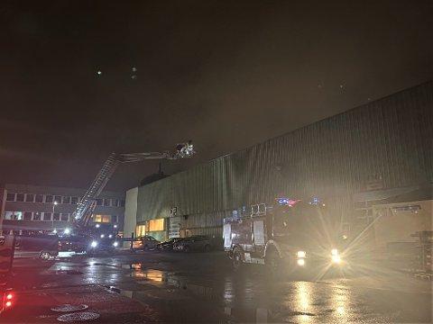 RØYK: Natt til søndag rykte alle naudetatane ut til ein industribygning på Øyrane i Førde. Årsaka var at fleire hadde observert røyk frå bygningen.