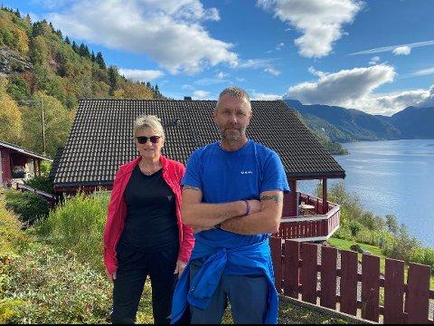 ØNSKJER UTBETRING: Aud Mallasvik Støfring og Dag Rune Mallasvik er frustrerte over vegslitasjen og meiner kommunen må ta grep.