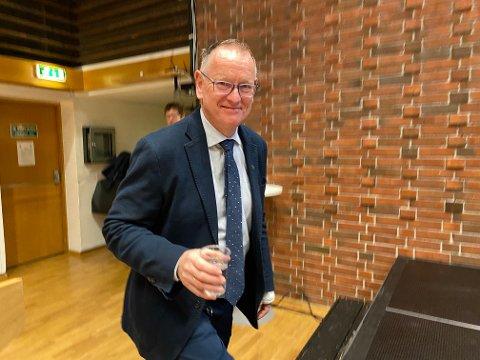 KOMMUNEDIREKTØR:  Eg har ikkje vore på fest i Florø, spøkte kommunedirektør Ole John Østenstad då han møtte opp i kommunestyret i september med bandasjert hand. Uhellet skuldast klipping av hekk.