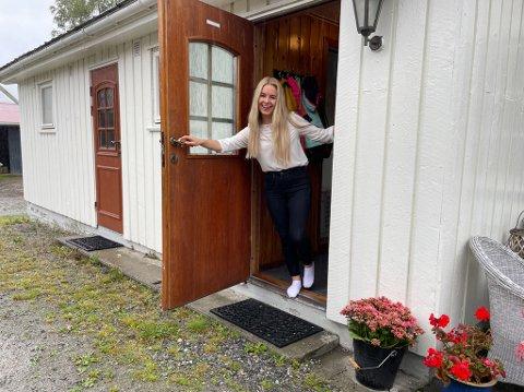 BYJENTA: Ingrid Wærness fekk ny heim på Åsen i Vik tre dagar før nedstenginga tok fatt. Saman med sambuaren sin Jan Henning Aase trivst dei som del av den nye grenda si. Svigerforeldra hennar bur nett nede i høgget.