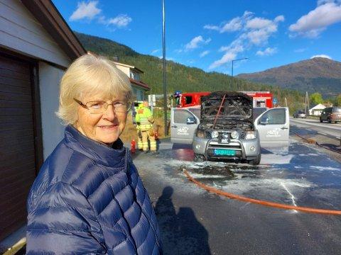SAT I BILEN: Karin Leirdal og ektemannen Harald sat i bilen då dei oppdaga røyken.