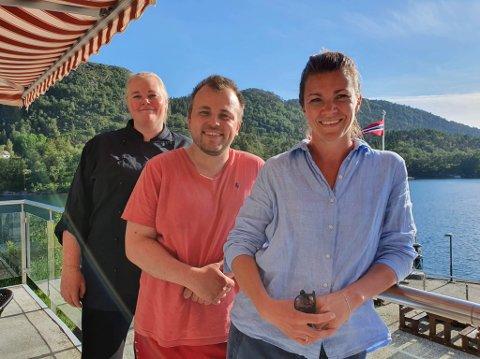 STRÅLAR: Hotelldrifta i sommar har vore ein stor suksess. F.v. kokk Anne Katrine Tveit, Daniel Olai Kvernøy og  Maike Norman Bøe.