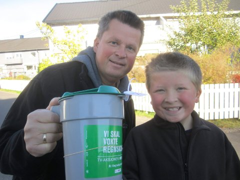 28 kroner: Martin Kristoffer (11) og faren Håvard Larsen gikk med bøsse på søndag.