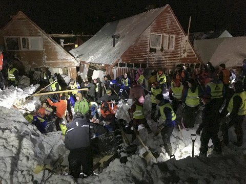 Massive snømengder: Selv om bildene ser kaotiske ut, forteller Frode Bjørshol om en velorganisert redningsaksjon, der nødetatene og frivillige var kjapt på ulykkesstedet.