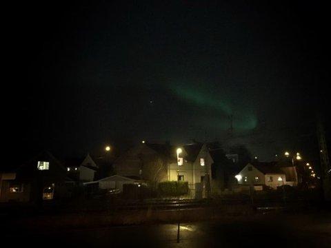Nordlys ved Fredrikstad jernbanestasjon søndag kveld.