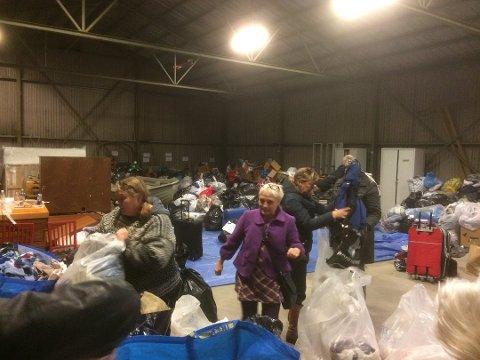 Klær, sko og annet utstyr er stjålet fra lageret på Mineberget. Her fra innsamlingsaksjonen i begynnelsen av oktober.