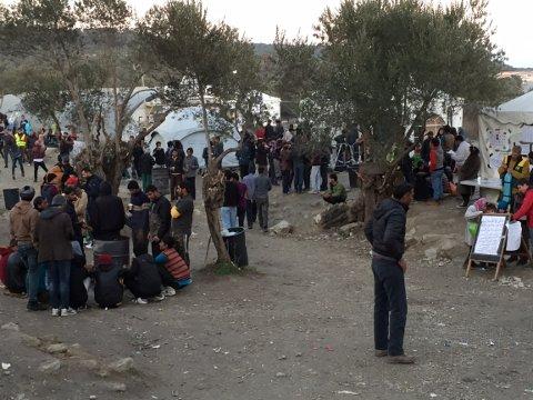 Sterke inntrykk: FB-journalist Lill Mostad forteller om sterke inntrykk på øya Lesvos, der flere hundre tusen flyktninger har ankommet i år. Her forsøker flere av de å varme seg rundt bålet.