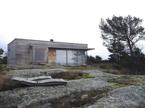 Tilpasser seg naturen: Hytta er kledd med ubehandlet ek. Den begynner å gråne  og tilpasser seg dermed fargen på fjellet.                                                                                                                                                         Foto. PRIVAT