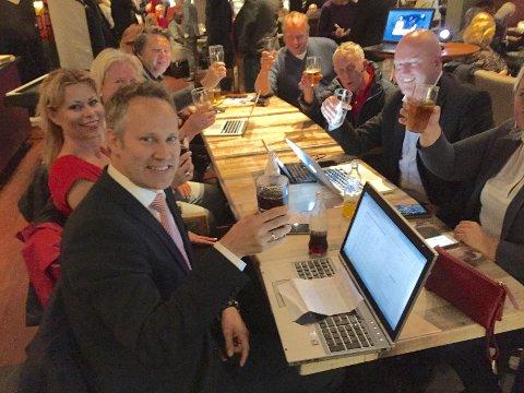 Tidlig jubel: Jon-Ivar Nygård kunne heve glasset i en tidlig seiersgest på de rødgrønnes valgvake på restaurant Katti. Ved hans side samboer Anne Gro Bjerknes. Foto: Geir A. Carlsson