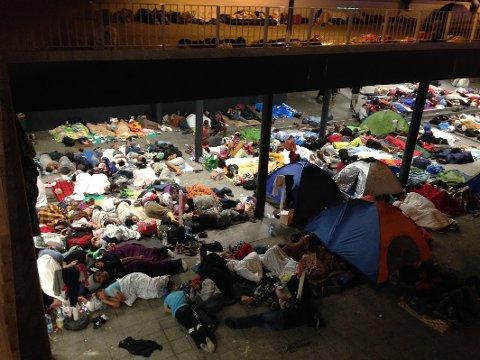 Tusenvis: Flere tusen flyktninger har forsøkt å komme seg til Europa via den ungarske hovedstaden.