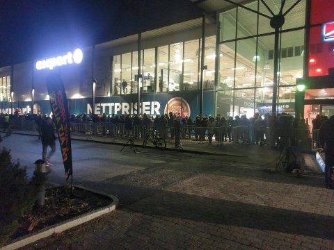 Flere hundre mennesker sto i kø utenfor Expert-butikken i Dikeveien torsdag morgen.
