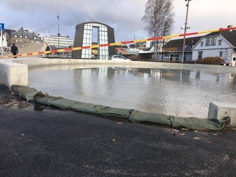 ANDEDAM: Mildværet har gjort at det har samlet seg mye vann på kunstisplassen etter at kommunen begynte med arbeidet med å klargjøre isen torsdag.