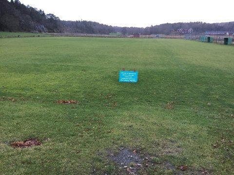 SKIFTER: Her hvor gressbanen til Kråkerøy nå ligger skal de få en kunstgressbane nummer to. (Foto: Henrik Myhrvold Simensen)