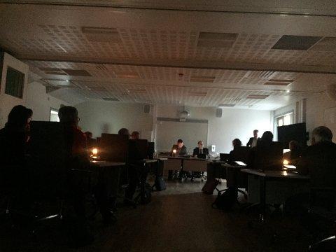 Hvaler kommunestyre lot seg ikke stoppe av at strømmen var borte torsdag ettermiddag. Møtet ble avnholdt med stearinlys på bordene.