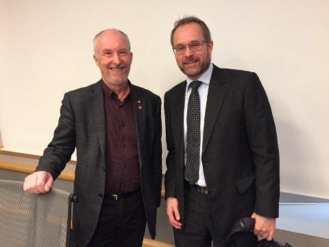 Vil gjøre Rygge Airport til en drivkraft i utviklingen av Østfold: Daglig leder Knut R. Johannessen (til høyre) fortalte fylkesordfører Ole Haabeth og fylkesutvalget om planene. Han vil bidra til å utvikle Østfold som besøksmål. (Foto: Øivind Lågbu)