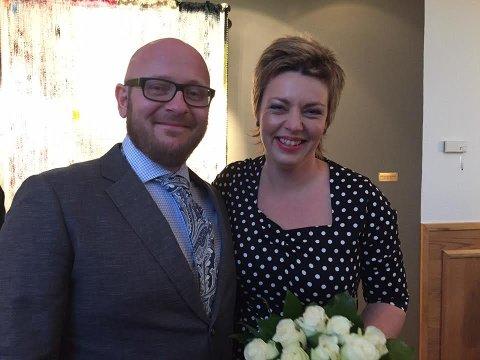 Innsamling: I forbindelse med bryllupet lørdag ba Tora Klevås venner og bekjente om å hjelpe krigsofre i Aleppo. Her er hun med ektemannen Jon Eriksen hos byfogden.