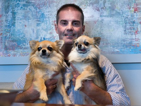 Morgan Andersen samler både hunder og familie i sofaen på julaften for å se Disney-klassikere.