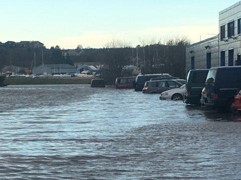 Ved Brynild midt på dagen 2. juledag så det slik ut. Flere biler har allerede fått vannskader.