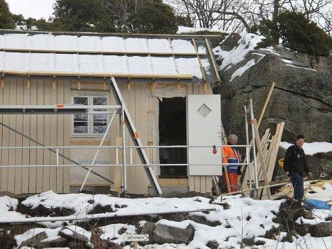 Bygger på dugnad:  Per Christiansen og  Thor Ivar Olsen er blant de mange som har jobbet  dugnad med å bygge kystledhytte nummer tre i forbindelse med Brottet på Spjærøy.                  Foto: Privat