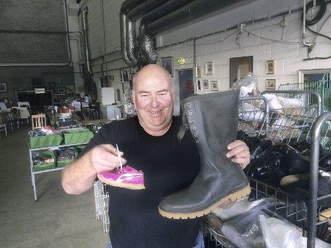 ALLE STØRRELSER: Ulf Berg har fått inn 3.000 ubrukte sko til helgens loppemarked i regi av FBK. FOTO: VIDAR HENRIKSEN