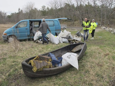 Mengder: Sten Helberg var godt fornøyd med dagen da de oppmøtte hadde plukket 16 sekker med søppel. Foto: Privat
