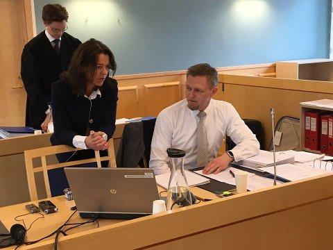 Bistandsadvokat Tone Monclair og aktor Leif Morten Eide i samtale før rettssaken mot 35-åringen startet i formiddag.