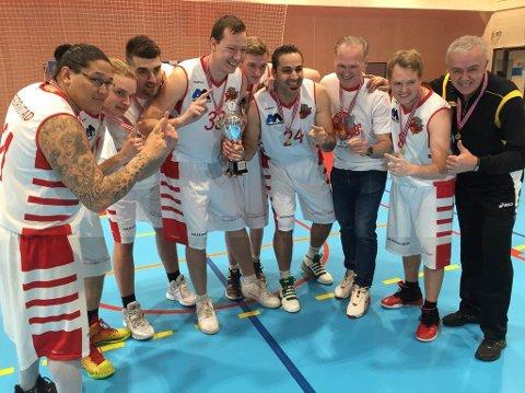 Mehmed Veledar  (coach) med fornøyde spillere