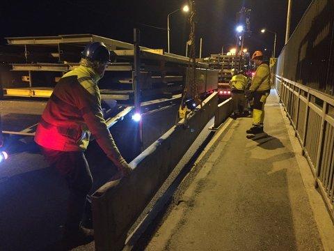 I natt måtte arbeiderne fjerne kollektivfeltet på Fredrikstad-bruas østside.
