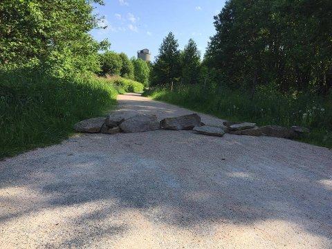 SPERRET VEIEN: Slik så det ut på Glommastien etter at en frustrert nabo hadde sperret av stien med sten. Foto: Ole-Christian Bakke