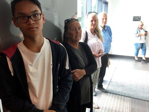 KØ: Anders Nguien, Liv Nilsbakken, Rita Larsen og Hans Petter Grønvold måtte alle stå flere timer i kø på passkontoret for å få pass onsdag. (Foto: Henrik M. Simensen)