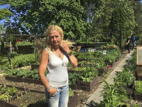– REN TERAPI: Torill Frydenlund tror hun bruker nærmere et årsverk i Månegartneriet, men beskriver det som ren terapi å stelle med planter. Alle foto: Marianne Holøien