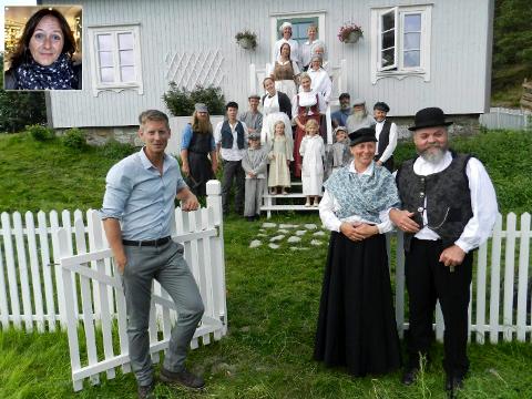 NY SESONG: Programleder Gaute Grøtta Grav (tv), frue Hedda Kortnes og mentor Rolf Arild Engebretsen tok torsdag imot årets Farmen-deltagere. Innspillingen foregår i Finnsvika ved Kornsjø.