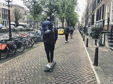 Amsterdam: De fire kompisene fra Fredrikstad skater ut av Amsterdam tirsdag formiddag. 80 kilometer senere venter havnebyen Rotterdam.Foto: Fredrik Ringen