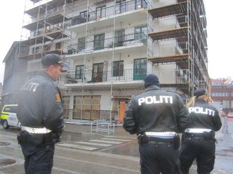 Politiet passer på i Storgata der plater holder på å falle ned fra bygningen.