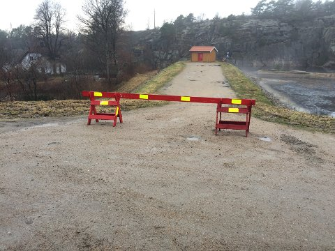 SPERRET MED BOM: I desember sperret Fredrikstad kommune av adgangen til denne plassen ved 1.dam med bom. Den vil ikke bli fjernet.