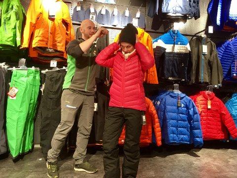 KLAR: Håvard Andersen hjelper Hanna Kjenstad på med klær som skal være varme nok til å holde varmen under Winter Classic. (Foto: