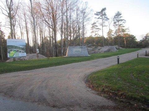 Strid om monument: Utbyggeren har ment  dette monumentet som en fin inngang til det nye boligfeltet. Fylkesmannen har ingen sans for dette.