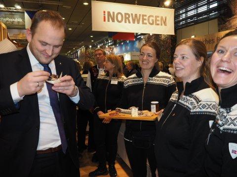 GÅS: Det var god stemning da landbruks- og matminister Jon Georg Dale fikk smake på Smaalensgåsa. Hilde Flote (f.h.), Camilla Nordmo og Henriette Evensen representerer Smaalensgås fra Østfold på messen Grüne Woche i Berlin denne uken.