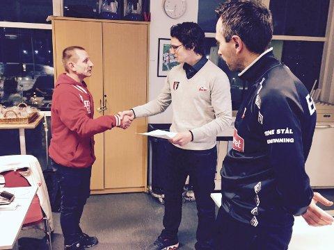 BIDRAG: Leder i Plankehaugen, Bjørn Thon, overleverer beviset på at Plankehaugen har overført 15.750 kroner til «Folkets spiller»-aksjonen. (Foto: Henrik Myhrvold Simensen)